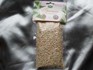 Упакованная зеленая сырая гречка